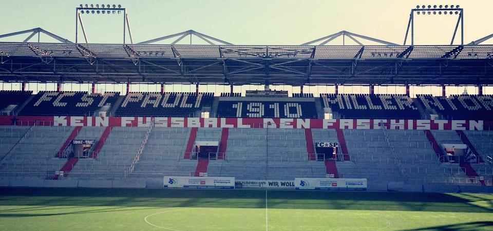 """""""Kein Fußball den Faschisten"""", Schriftzug L: Millerntor, Stadion des FC St. Pauli. Gegengerade"""