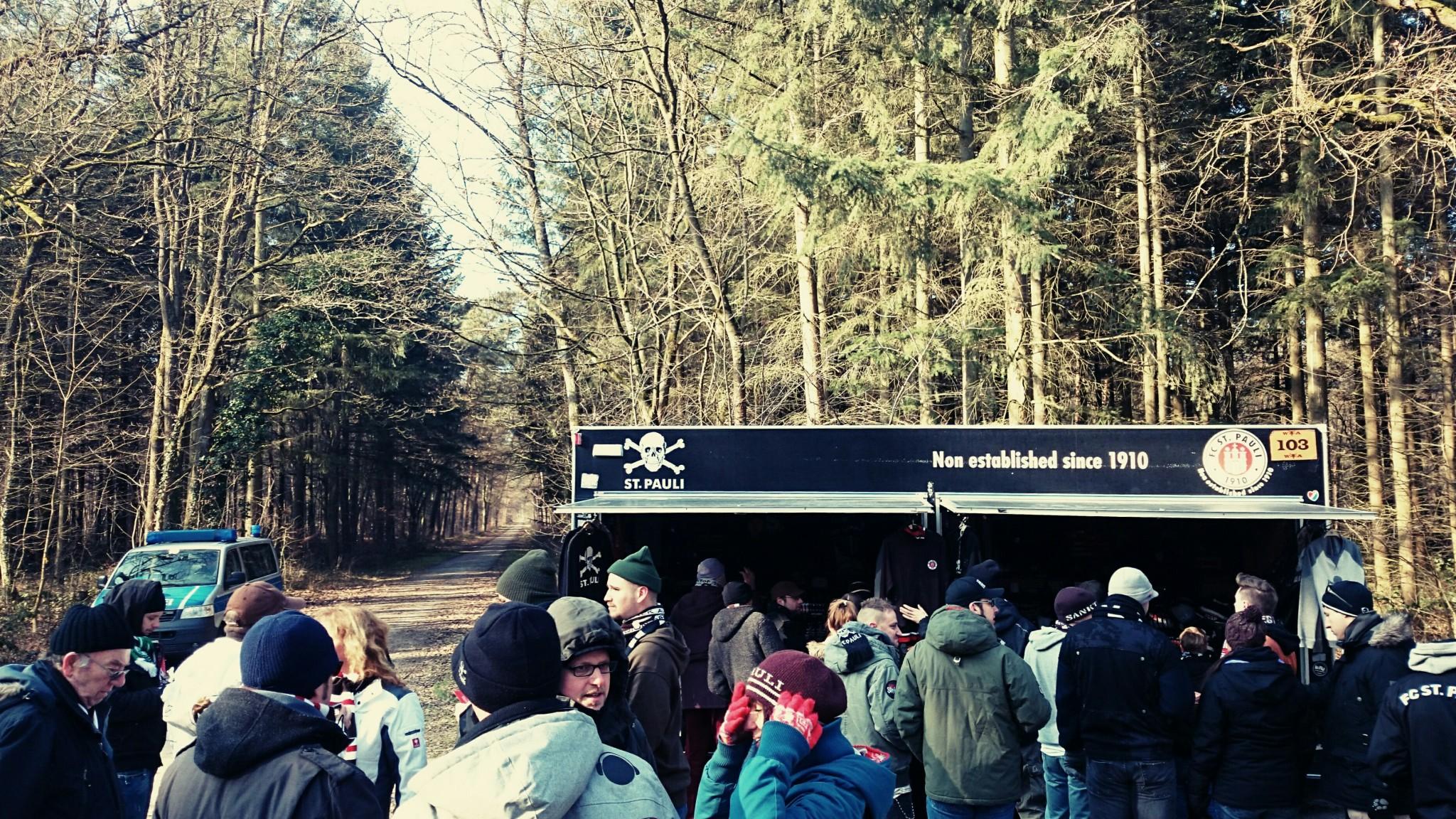 St. Pauli Merchandising im Wald