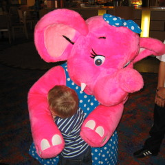 """Hugging a pink elephant"", Foto: Leigh Dodds, CC by"