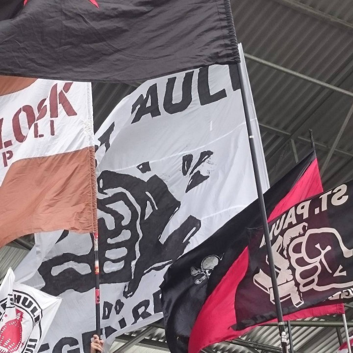 St. Pauli Fans gegen Rechts Flagge