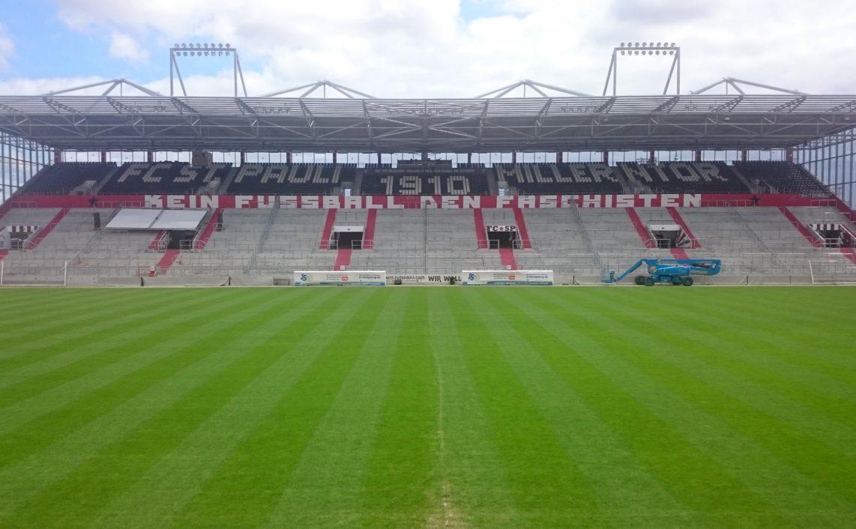 """Millerntor Stadion mit dem Schriftzug """"Kein Fußball den Faschisten"""""""
